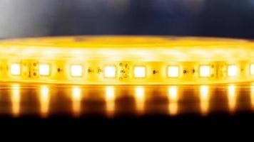 Hermosa tira de LED brillante de luz cálida para montar iluminación decorativa para hogares, oficinas y otros lugares oscuros foto