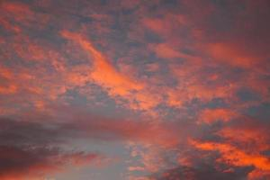 puesta de sol en el cielo con nubes naranjas foto