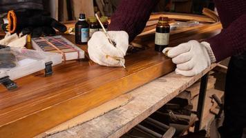 restauración de puertas de madera, pintura y sellado de virutas foto