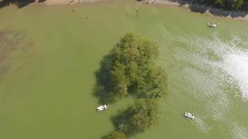 velejadores no lago na montanha video