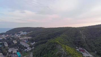 uma cidade em uma montanha arborizada video