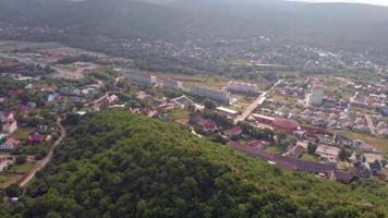 une ville au milieu d'une montagne boisée video