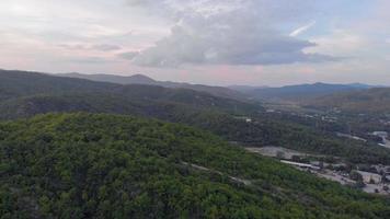 montagne de la ville boisée video