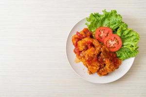 pescado frito cubierto con salsa de chile de 3 sabores foto