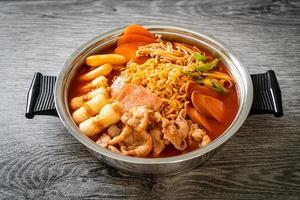 budae jjigae o budaejjigae o estofado del ejército o estofado de base del ejército. está cargado de kimchi, spam, salchichas, fideos ramen y mucho más foto