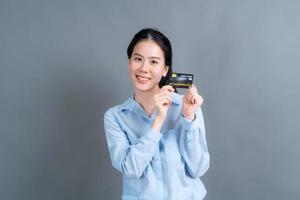 retrato, de, un, encantador, joven, mujer asiática, actuación, tarjeta de crédito foto