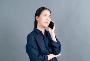 mujer asiática, utilizar, teléfono móvil, hablar negocio foto