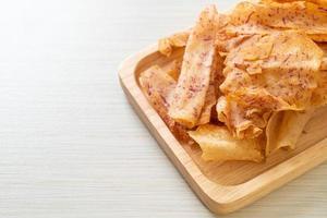 chips de taro - taro en rodajas frito o al horno foto