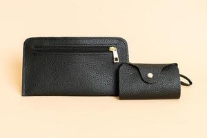 Bolso de cuero negro y bolso de cuero negro. foto
