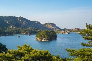 paisaje del lago samilpo en corea del norte foto