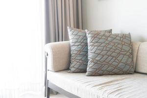Hermosa decoración de almohadas en el sofá en el interior de la sala de estar foto