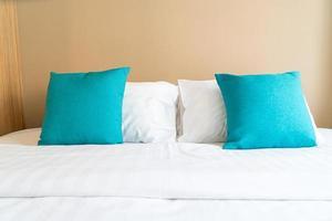 Hermosa y cómoda decoración de almohadas en la cama en el dormitorio. foto