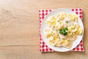 pasta de ravioles con salsa de crema de champiñones y queso - estilo de comida italiana foto