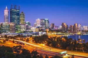 Horizonte de Perth en la noche en el oeste de Australia. foto