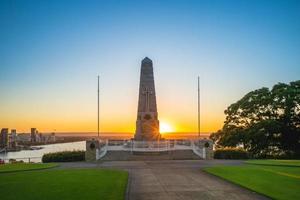 Llama eterna con State War Memorial en Perth. foto