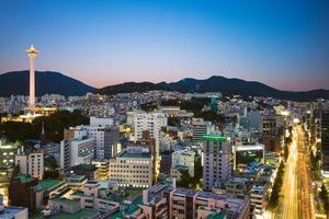 vista nocturna de busan en corea del sur foto