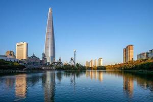 parque songpa naru y lago seokchonhosu en seúl, corea del sur foto