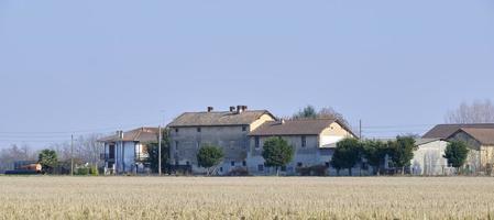 una típica granja rural en el norte de italia foto