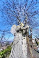 Estatua de ángel antiguo en Oltrepo Pavese, Lombardía, norte de Italia foto