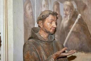 Estatua religiosa de una capilla en el santuario del sacro monte di Orta de Piamonte, norte de Italia foto