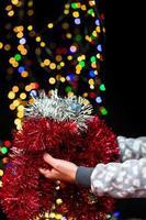 mujer sosteniendo decoración navideña foto