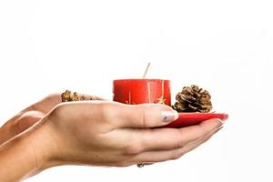 mano que sostiene la decoración navideña foto