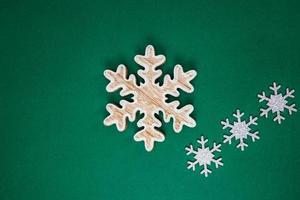 Copos de nieve decoración navideña sobre fondo verde foto