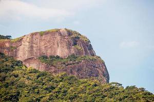 Vista de una enorme roca en Río de Janeiro, Brasil foto