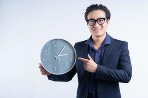 retrato, de, asiático, hombre de negocios, tenencia, reloj foto