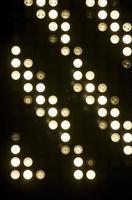 luces blancas circulares utilizadas para iluminar un concierto foto