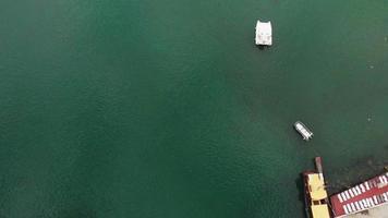 Dock für Yachten und Schiffe auf See Luftaufnahme video