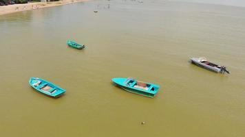 Boote auf dem Hintergrund des gelben Meeres video