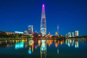 parque songpa naru y lago seokchonhosu en seúl por la noche foto