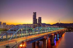 vista nocturna de seúl por el río han en corea del sur foto