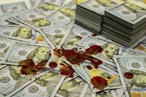 Pila de paquetes de billetes de 100 dólares estadounidenses ensangrentados foto