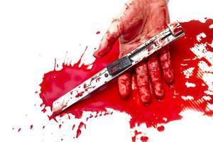 Cuchillo cortador ensangrentado en la mano dama sobre fondo blanco. foto
