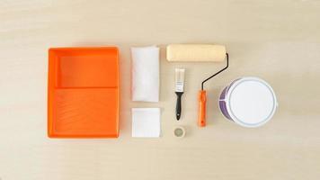 conjunto de herramientas de pintura sobre fondo de madera, vista superior. foto