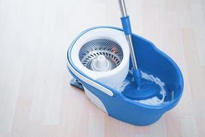 limpieza de pisos con turba y balde. limpieza de piso en la habitación. foto