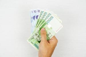 mano sosteniendo billetes de won surcoreanos. foto