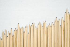 dispuestas lápices de madera sobre mesa blanca. foto