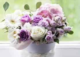 hermosas flores en una caja redonda blanca foto