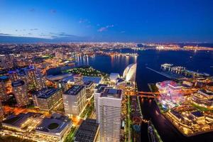 Vista aérea del puerto de Yokohama en Japón por la noche foto