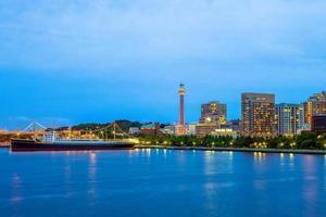 Horizonte del puerto de Yokohama en la prefectura de Kanagawa de Japón foto