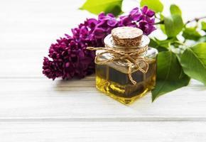 aceite de spa con flores lilas foto