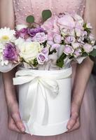 hermosas flores en manos femeninas foto