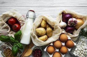 verduras y frutas frescas en bolsas de hilo ecológicas foto
