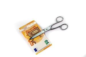 cortar billetes de 50 euros con unas tijeras foto