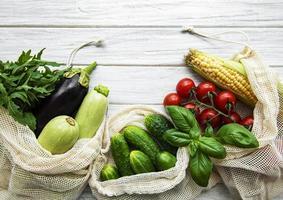 verduras frescas en bolsa de algodón ecológico foto