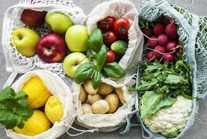 verduras y frutas frescas en bolsa de hilo ecológica foto