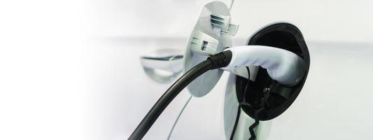 Carga de coche eléctrico en la estación de carga, transporte que son el futuro del automóvil. foto